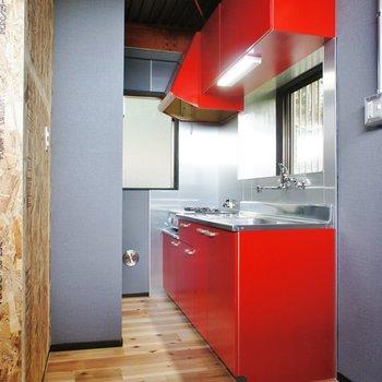 【2F】キッチン真っ赤!かわいいです※写真は前回募集時のものです。