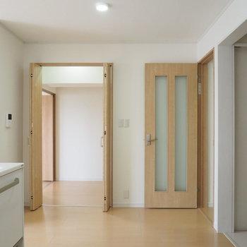 キッチン、洋室どちらからも使えるウォークインクローゼット。