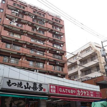 入り口は右下。商店街に面したエントランスから。