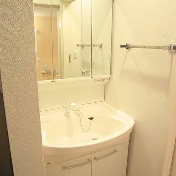 独立洗面台の横のタオル掛けが地味に嬉しい