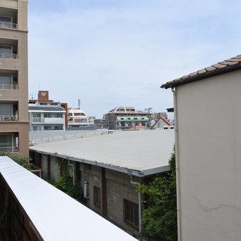 ベランダからの眺望はこんな感じ。建物に囲まれています。