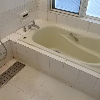 お風呂は窓付きで換気がラク!(※写真は清掃前のものです)
