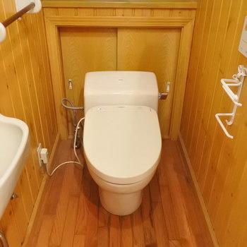 トイレまでログハウス…!