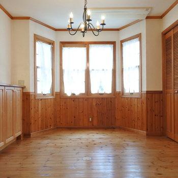 こんなにシャンデリアが似合うお部屋、見たことない…