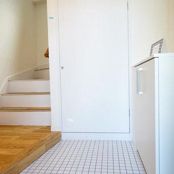 玄関も明るくお出迎え♪階段下も大きな収納に!