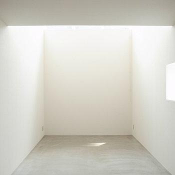 奥の天井が高いんです※写真は反転のお部屋です
