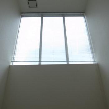 上の方に窓※写真は反転のお部屋です