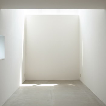 光が床を切り取る