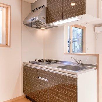 【DK】キッチンはブラウンを基調とした落ち着いた雰囲気です。
