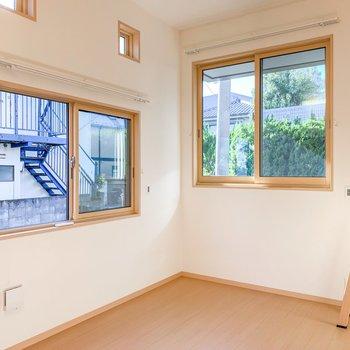 【洋室】上に高窓もありますよ。