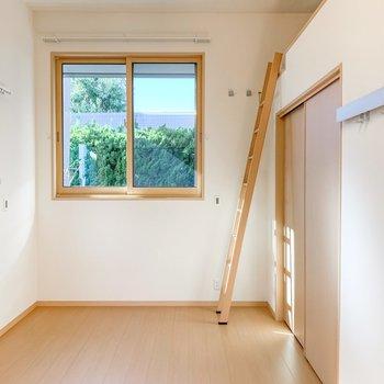 【洋室】こちらのお部屋も二面採光でとても明るいです。