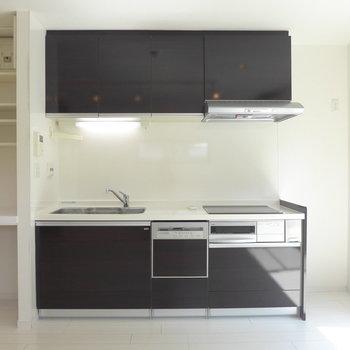 冷蔵庫はキッチン横に