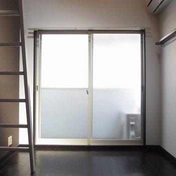東向きの窓です。朝日がたっぷり入ってきそうですね※写真は別部屋