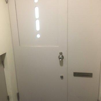 入り口も白いです!