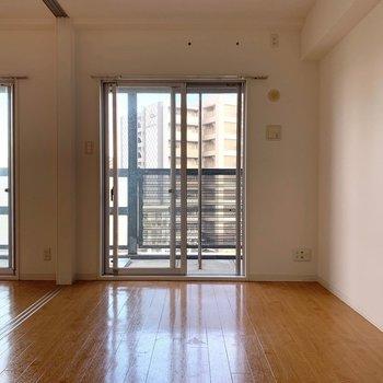 リビングの隣に洋室。(※写真は7階の同間取り別部屋のものです)