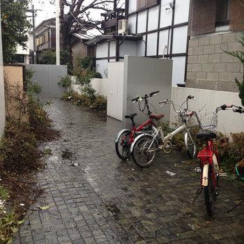 中庭その2、左手奥にあるのがオートロックのゲートです