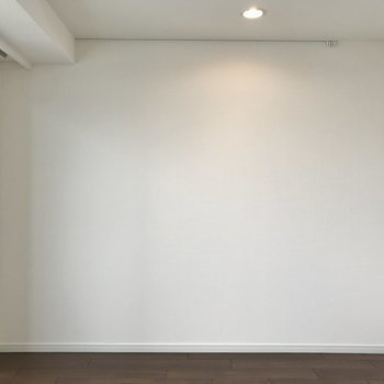 壁にピクチャーレールがあります。絵や時計など飾りたい。