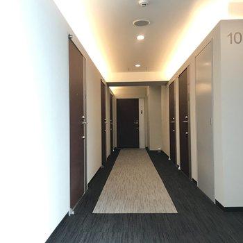 共用廊下はカーペット敷。足音が静かです。