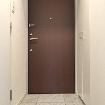 玄関床は大理石調が高級感あります。
