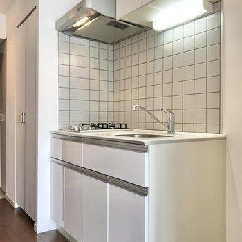 キッチンは上下に収納があります。