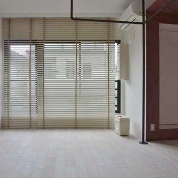 居室の窓側。ブラインドがおしゃれ。※写真は別部屋です