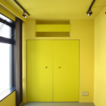 ドアを開けると、黄色の玄関ホール。広いのです。