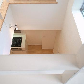 地下1階を見下ろすとキッチンがこんにちは