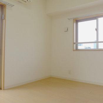 2面採光の明るいお部屋。心地が良い!(※写真は12階の同間取り別部屋のものです)