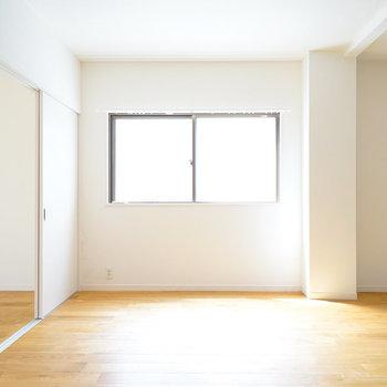 窓がたくさんでリビングも明るい◎※写真は前回募集時のもの