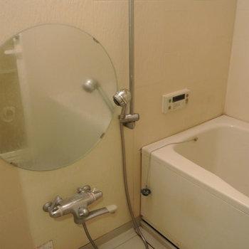 円い鏡のお風呂があります※写真は別部屋