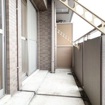 ベランダ広め※写真は4階の同間取り別部屋、清掃前のものです