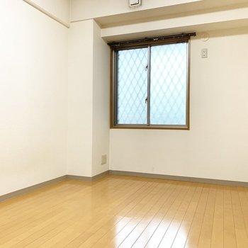 北側に6.5帖の洋室※写真は4階の同間取り別部屋、清掃前のものです