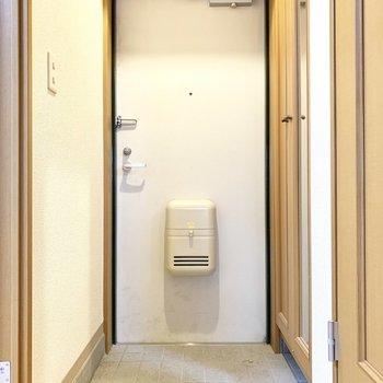 玄関はシンプル※写真は4階の同間取り別部屋、清掃前のものです
