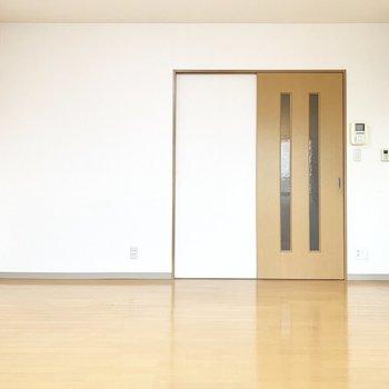 廊下との仕切りは引き戸※写真は4階の同間取り別部屋、清掃前のものです