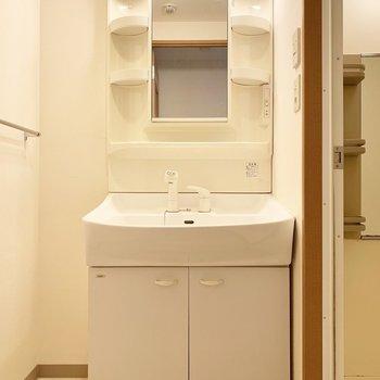 洗面台大きい!※写真は4階の同間取り別部屋、清掃前のものです