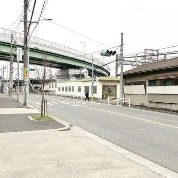 真ん中の白い建物が駅