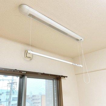 吊り型のハンガーパイプ。部屋干しでもしっかり乾かせます◎※写真は4階の同間取り別部屋、清掃前のものです