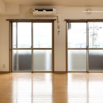 晴れてたらぽかぽかそう(エアコンの蓋は別のところにちゃんとあります、、!)※写真は4階の同間取り別部屋、清掃前のものです