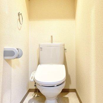 トイレはウォシュレット付き※写真は4階の同間取り別部屋、清掃前のものです