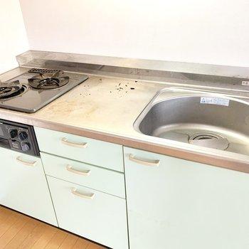 2口コンロでグリル付きキッチン※写真は4階の同間取り別部屋、清掃前のものです