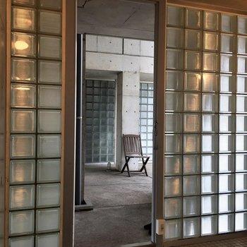 玄関のモザイクタイル。開けると向かいのモザイクタイルと交差して美しい