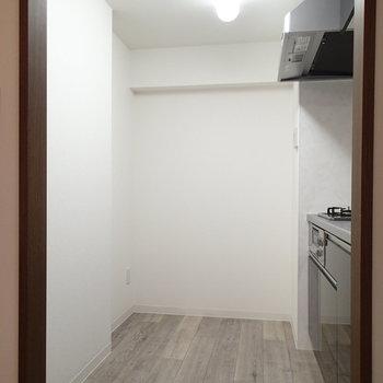 こちらはキッチン。スペース広めですね。
