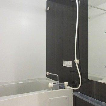 落ち着いた雰囲気の浴室。※写真は別部屋です