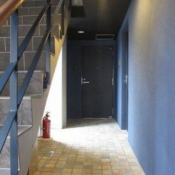 外観からは想像できない濃い青色の壁が印象的