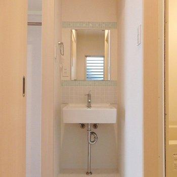 洗面台は水色のタイルにきゅん。