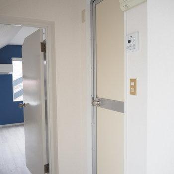 お風呂の扉はこんな感じ。上の照明がレトロ※写真は前回募集時のものです