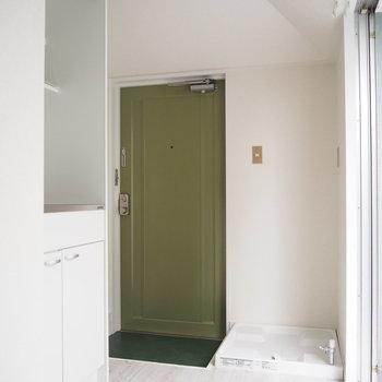 玄関を入ってすぐに洗濯機置場があります。※写真は前回募集時のものです
