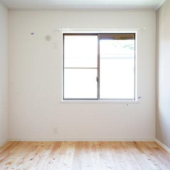 寝室、窓からしっかり光入ってきます!