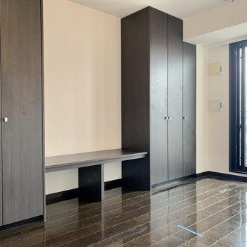 テレビ台を挟んでクローゼットが2つ※写真は12階の同間取り別部屋のものです