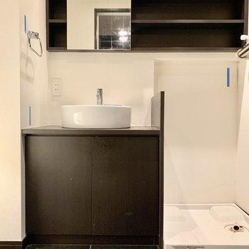 脱衣所にある棚があって便利※写真は12階の同間取り別部屋のものです